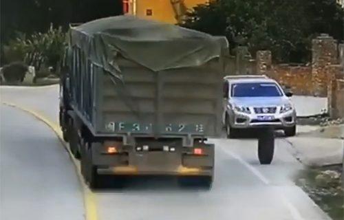 Košmar svakog vozača! Teretnjaku OTPALI točkovi: Divljali putem, pa rasturili Nissan (VIDEO)