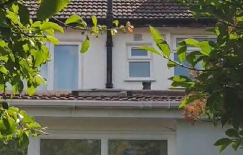 Kako to do sada nije uočio? Četiri godine živi u kući i tek sad je primetio JEZIV DETALJ na njoj (VIDEO)