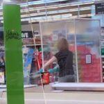 Prizor ostavio kupce u šoku: Idealna zaštita od korone ili preterivanje? (VIDEO)