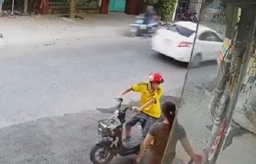 Motociklista se na ulici zagledao u ženu, pa se svom snagom zakucao u zid (VIDEO)