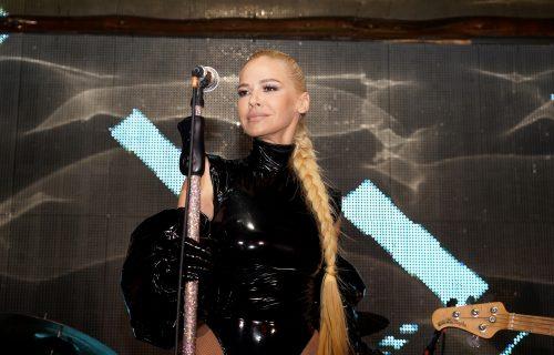 PROVIDNA haljina Nataše Bekvalac otkrila previše: Pevačica ZAMEŠALA kukovima i zapalila masu (VIDEO)