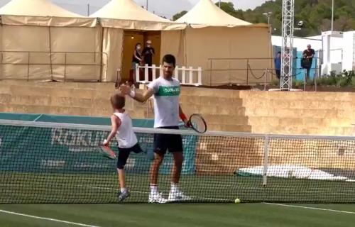 Tata, mora to bolje: Mali Stefan trenira Novaka pred US open - snimak koji je nasmejao planetu! (VIDEO)