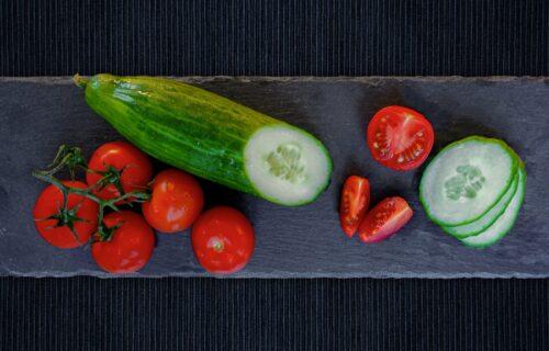 Nutricionisti su objasnili: Zašto NIKAKO nije dobro da jedete krastavac i paradajz ZAJEDNO?