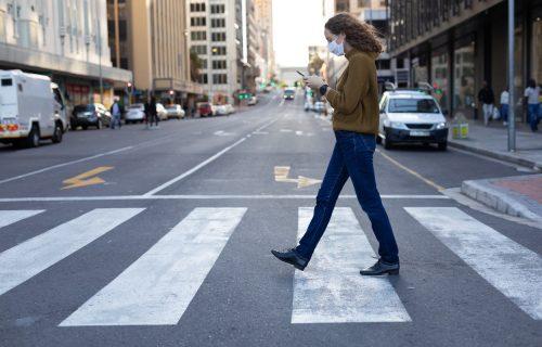 Pešacima ZABRANJENO da koriste telefon dok prelaze ulicu: Novi zakon je neumoljiv