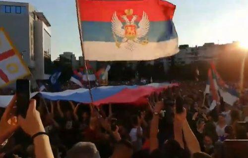 Podgorica je crveno, plavo, bela: Velika TROBOJKA ispred hrama tokom dočeka mitropolita Joanikija (VIDEO)