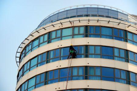 Njegov zadatak je PRANJE prozora na oblakoderima: Obavlja ga bez straha i BRŽE od ljudi (VIDEO)