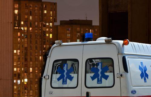 DRAMA na Banovom brdu: Žena SKOČILA sa drugog sprata zgrade, Hitna pomoć na licu mesta