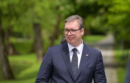 """Radnici """"Geoksa"""" dobili NOVAC: Predsednik Vučić održao REČ"""