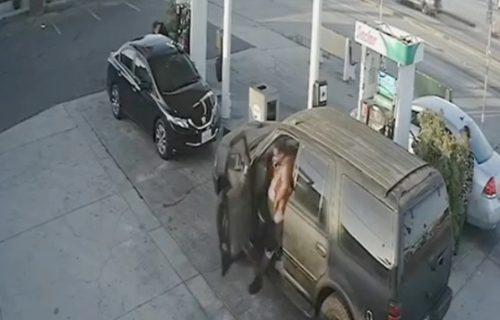 Užas na benzinskoj pumpi: Rmpalija izašao iz kola i iz čista mira pretukao nepoznatu ženu (VIDEO)