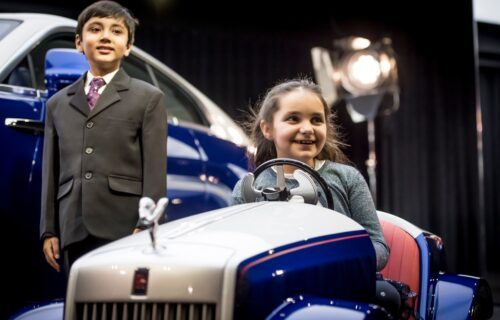Rolls-Royce je napravio samo JEDAN električni model: Njegovi vlasnici su hrabri mali borci (VIDEO)