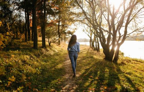 Nije dobro da SPAVATE nakon jela: Zašto je šetnja nakon obroka ZDRAVA za organizam?