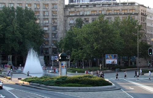 HIT scena na Trgu Nikole Pašića: Muškarac se SKINUO, pa potezom šokirao prolaznike (FOTO)
