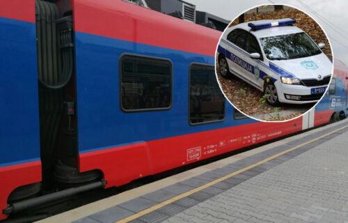 Voz se ZAKUCAO u kombi na pruzi kod sela Držina: Dve žene POVREĐENE, u vozilu bilo 12 putnika