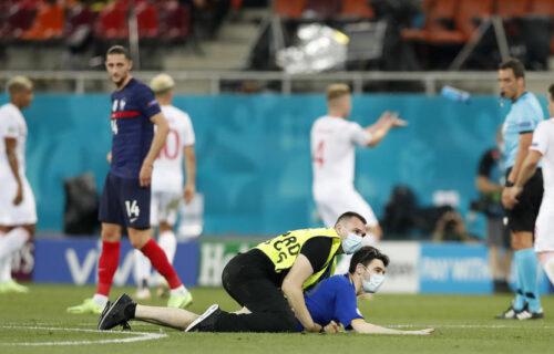 Neverovatne scene u Bukureštu: Moldavski navijač uleteo na teren usred meča, redar ga oborio (FOTO)