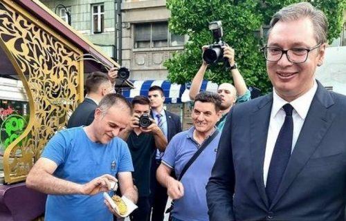 """Vučić podelio fotografiju iz Skoplja: """"Prvi pečeni kukuruz koji sam probao ove godine"""" (FOTO)"""