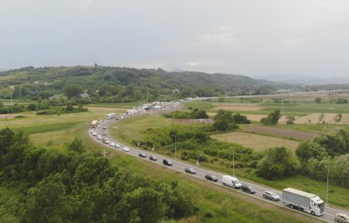 Vozila čekaju i do pola sata! Velika GUŽVA na auto-putu Miloš Veliki, formiraju se dugačke KOLONE (FOTO)