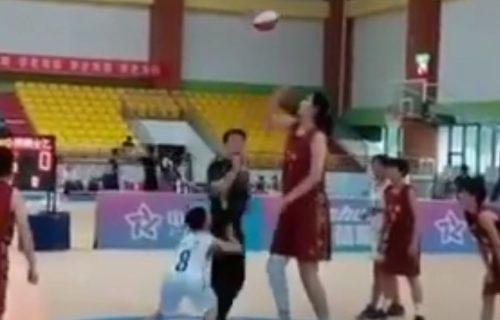 Svet dobio ženskog Jao Minga: Ima samo 14 godina i najviša je devojčica na planeti! (VIDEO)