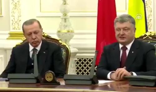 Zastaje u govoru, a zatim zatvara oči: Erdogan ZASPAO tokom bajramske čestitke (VIDEO)
