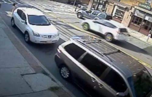 DRAMATIČNO spasavanje: Ovako su policija i prolaznici izvukli bebu ZAROBLJENU ispod automobila (VIDEO)
