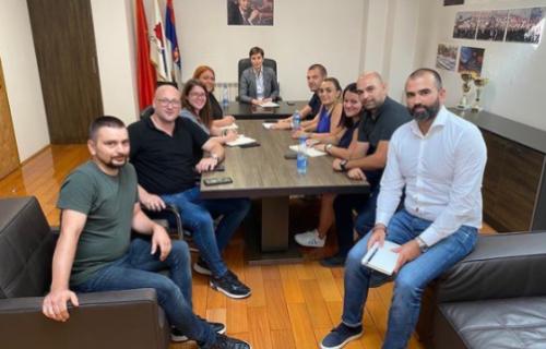Ana Brnabić održala prvi radni sastanak sa saradnicima iz Gradskog odbora Beograd (FOTO)