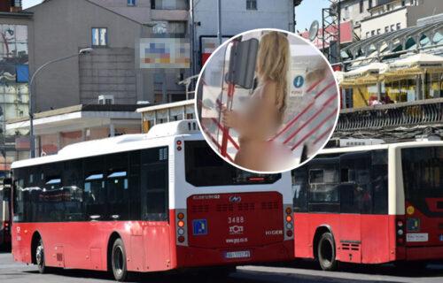 Potpuno GOLA žena u autobusu na Banjici: Zgodna plavuša se drži za šipku - ljudi u ŠOKU! (FOTO)