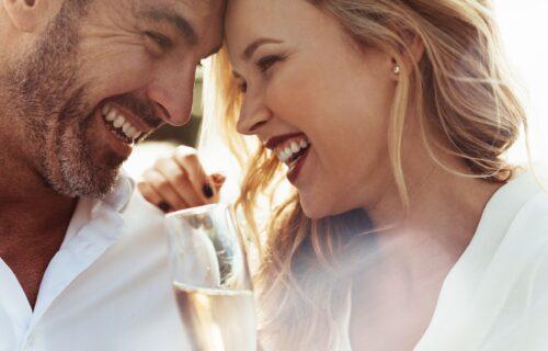 I žene i muškarci se slažu: 7 razloga zbog kojih je HUMOR ključan za uspeh veze
