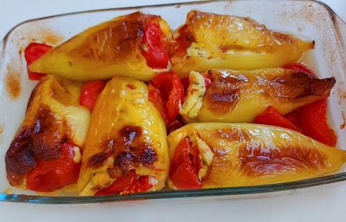 Idealan letnji ručak: Najjednostavnije i najukusnije paprike punjene SIROM (RECEPT+VIDEO)