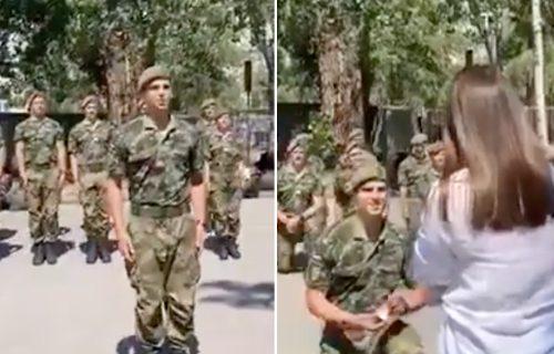Srpski vojnik iznenadio svoju izabranicu: Dok je snimala vežbu, uradio je nešto OČARAVAJUĆE (VIDEO)