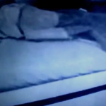 Postavila je KAMERU u ćerkinu sobu: Kada je videla šta je izašlo ispod kreveta, ONESVESTILA se (VIDEO)