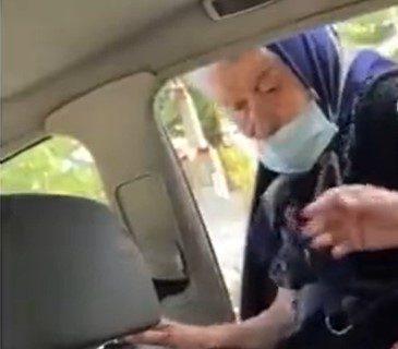 HIT SNIMAK sa juga Srbije: Žene se posvađale zbog taksija, baba se na silu ugurala u puno vozilo (VIDEO)