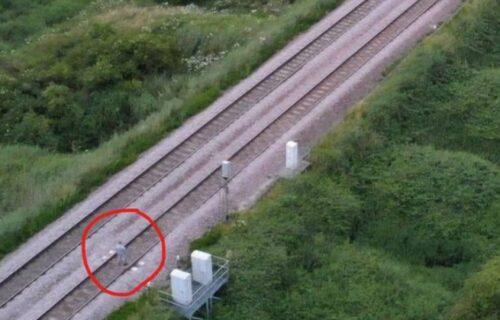Dron snimio ZASTRAŠUJUĆI trenutak: Devojčica stoji na pruzi, a u susret joj ide teretni voz (FOTO)