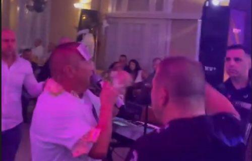 Đanija OKUPALI kešom: Pevač je na proslavi uzeo preko 10.000 evra BAKŠIŠA! (VIDEO)