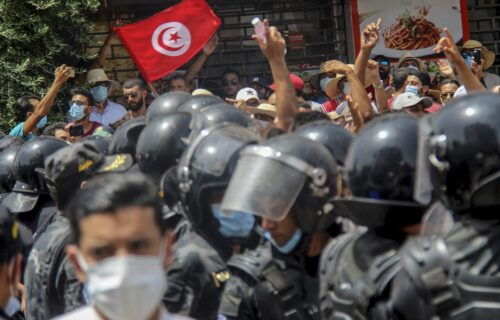 Predsednik Tunisa uveo policijski ČAS! Demonstranti slavili na ulicama, vlada opšti HAOS