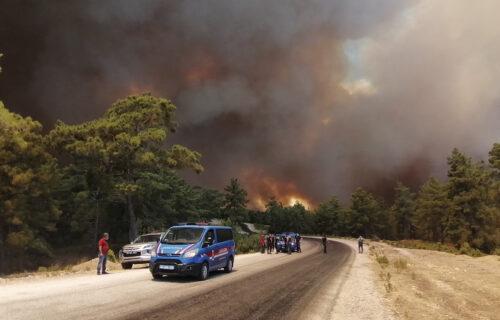 Vatra pustoši Tursku: POŽAR BESNI i preti letovalištima, ljudi beže, zgrade gore, ima mrtvih (FOTO+VIDEO)