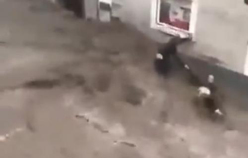 Komšija HEROJ iz Halajna: Austrijanac uskočio u bujicu da SPASI sugrađanina iz nabujale vode (VIDEO)