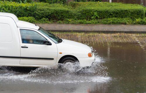 Vozači oprez! Izbegavajte jurnjavu kroz DUBLJE bare: Rizikujete skupa oštećenja automobila