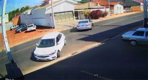 Verovali ili ne: Strpljivo su sačekali da izađu s parkinga, a onda se OVO dogodilo (VIDEO)