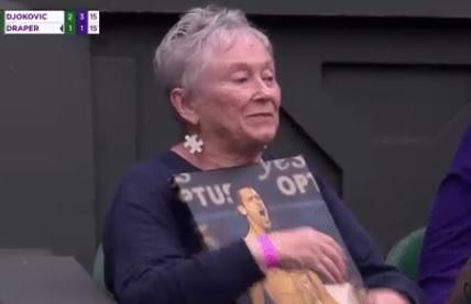 Gde je i šta radi baka koja je nosila Noletovu sliku na Vimbldonu? Eno je, plače od sreće! (FOTO)
