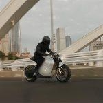 ROBOT maskiran u električni motocikl: Da Vinci sam balansira u vožnji (VIDEO)