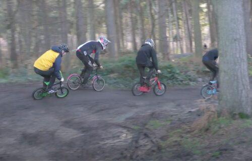 Dečjim biciklima niz OPASNU stazu: Pogledajte kako se zabavila grupa prijatelja (VIDEO)