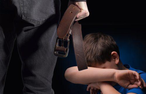 """Sramno! Vladu (6) otac uz smeh BIJE, dok majka nemo posmatra: """"Ja tučem samo po zasluzi"""""""
