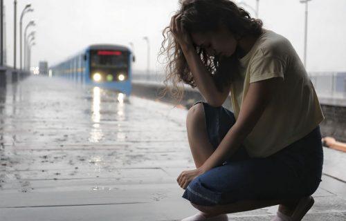 """""""Gledali su u moju ZADNJICU"""": Milena (30) doživela neprijatnost dok je izlazila iz voza, pa začula SMEH"""
