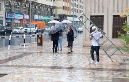 Emirati koriste DRONOVE u borbi s vrućinom: Strujom ŠOKIRAJU oblake i izazivaju kišu (VIDEO)
