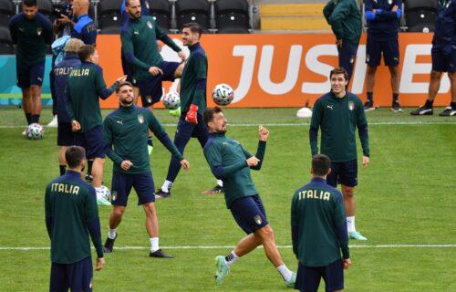 """Komična situacija na treningu Italije: Saigrači podizali Insinjea da bi lupio """"ćušku"""" Donarumi! (VIDEO)"""