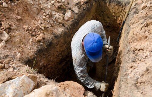 Iskopao grob da sahrani ženu, pa javio familiji kad da dođu: Ujutro su zatekli UŽASAN prizor i poruku