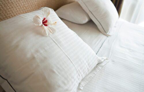 Ako ih očistite na ovaj način, biće kao novi: EVO kako možete ukloniti ŽUTE mrlje sa jastuka