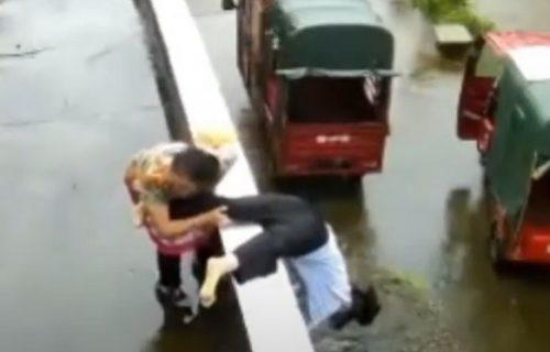 Izgubila svest na ulici: Baka ju je u poslednji čas spasila, pa je saznala zašto se unuki slošilo (VIDEO)