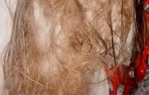 Ovakvu kosu niste skoro videli: Potrošila SEDAM flašica regeneratora da očešlja ćerkicu (VIDEO)