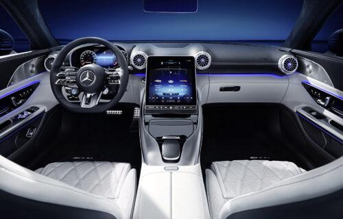 """Četiri sedišta, koža i """"klizni"""" displej: Ovako izgleda kabina Mercedes-AMG SL roadstera (VIDEO)"""
