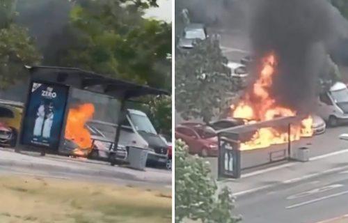 POŽAR na Novom Beogradu: Zapalio se automobil na parkingu, okolna vozila potpuno UNIŠTENA (VIDEO)